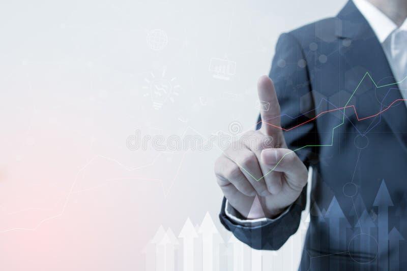Dirección de la inversión y concepto de la innovación y de la tecnología del negocio: Mano del hombre de negocios que toca la red imagenes de archivo