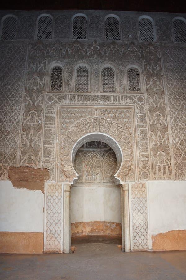 Dirección de La Meca en Medersa Ben Youssef imágenes de archivo libres de regalías