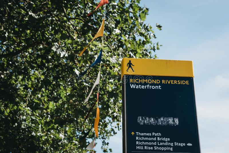Direccional firma adentro a Richmond Riverside, Londres, Reino Unido imagen de archivo libre de regalías