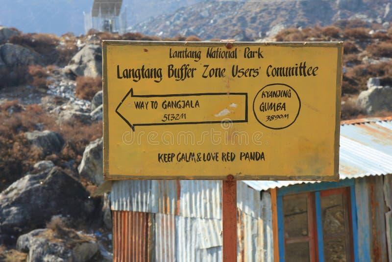 Direcional assine dentro Kyangjing Gumba, parque nacional de Langtang imagem de stock