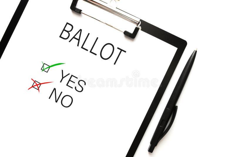 Directamente sobre el tiro de la votación con la opción sí o del no en el tablero contra el fondo blanco fotografía de archivo libre de regalías