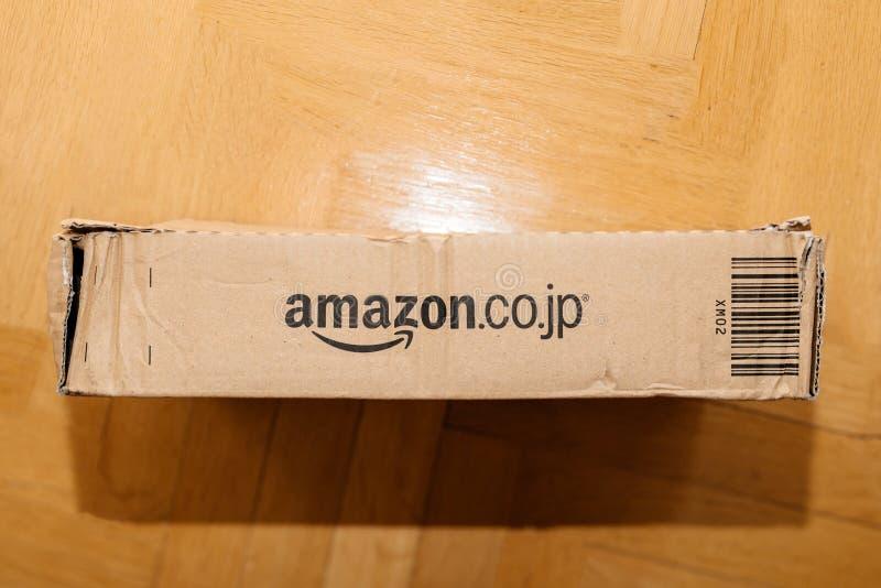 Directement au-dessus de la vue de la boîte en carton de la perfection d'Amazone avec le logotype en ligne distinct de détaillant photos libres de droits