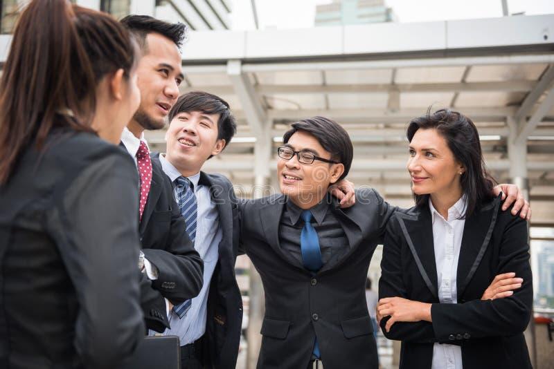 Directeur arabe d'homme d'affaires avec son équipe dans la ville image libre de droits