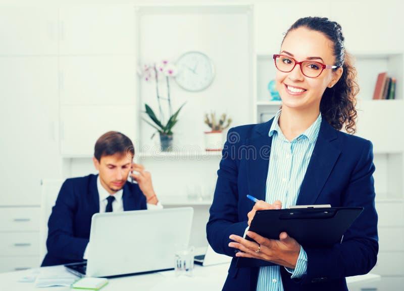 Download Directeur Avec Du Charme De Jeune Femme Tenant Le Carton Dans Le Bureau Image stock - Image du aide, heureux: 76082229