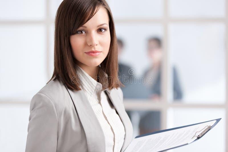 Directeur avec la garniture sur le fond de mur en verre photo libre de droits