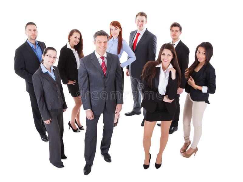 Directeur commercial supérieur se tenant sur l'avant de son équipe photo stock