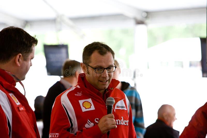 Directeur d'équipe de Ferrari F1 donnant un discours images libres de droits