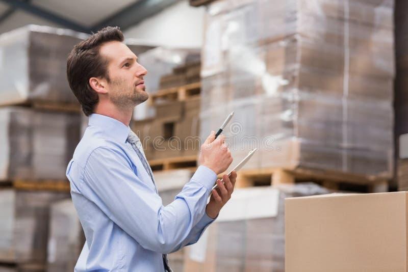 Directeur d'entrepôt vérifiant son inventaire photo stock