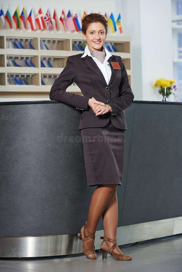 Directeur d'hôtel à la réception photo stock