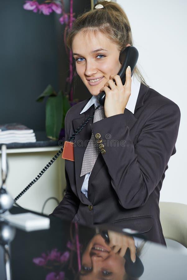 Directeur d'hôtel à la réception image libre de droits
