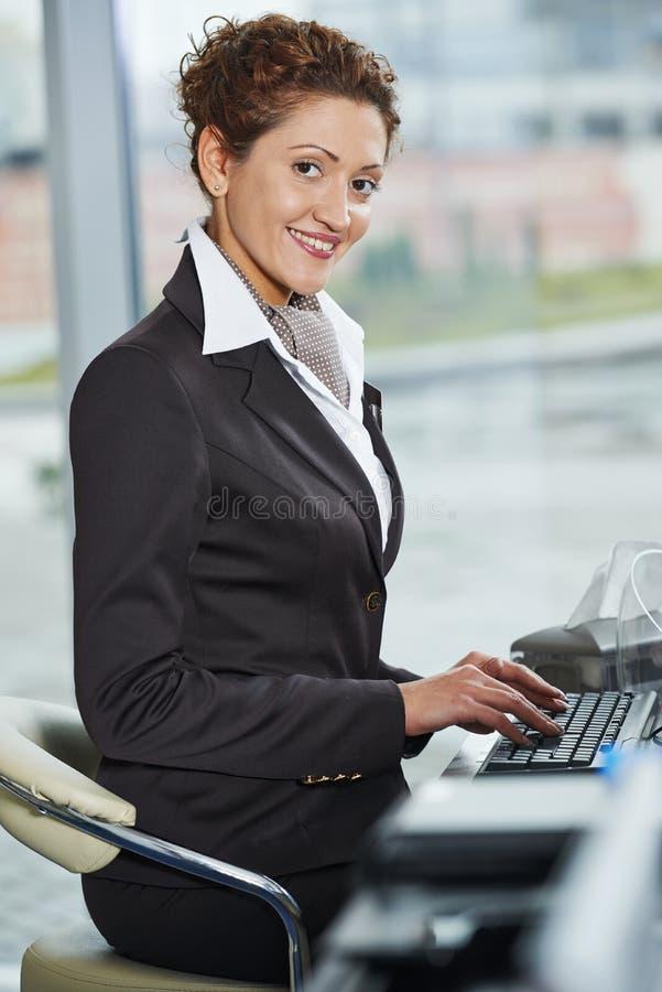 Directeur d'hôtel à la réception photographie stock