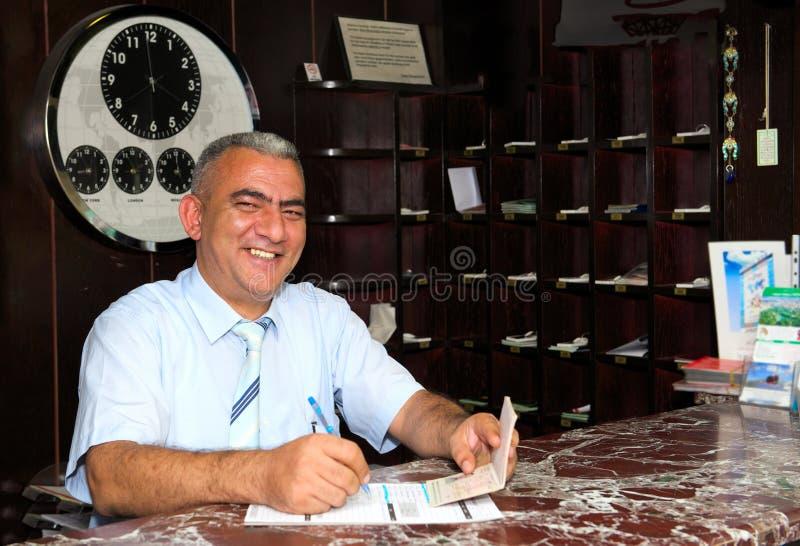 Directeur d'hôtel positif à la réception photographie stock