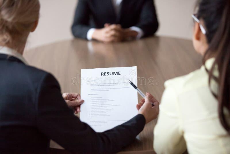 Directeur d'heure de femmes d'affaires, de directeur et de collègue interviewant le mA photo libre de droits