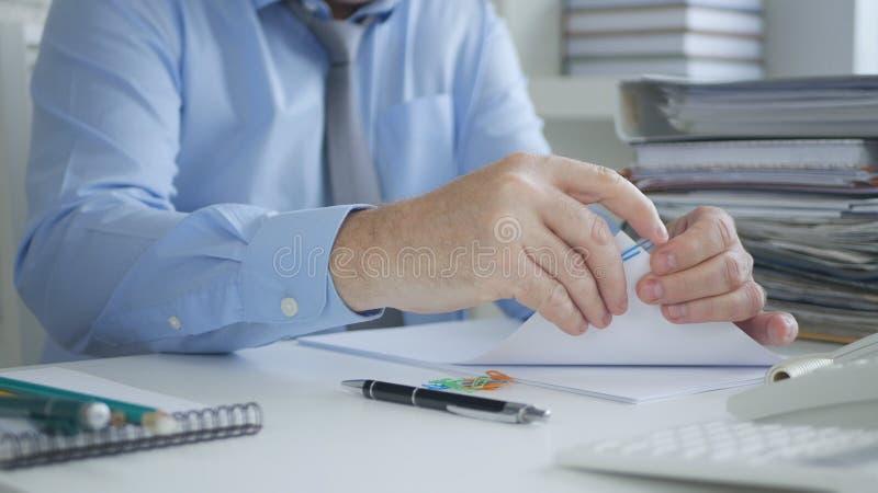 Directeur de comptabilité Archiving Accounting Documents et factures image stock