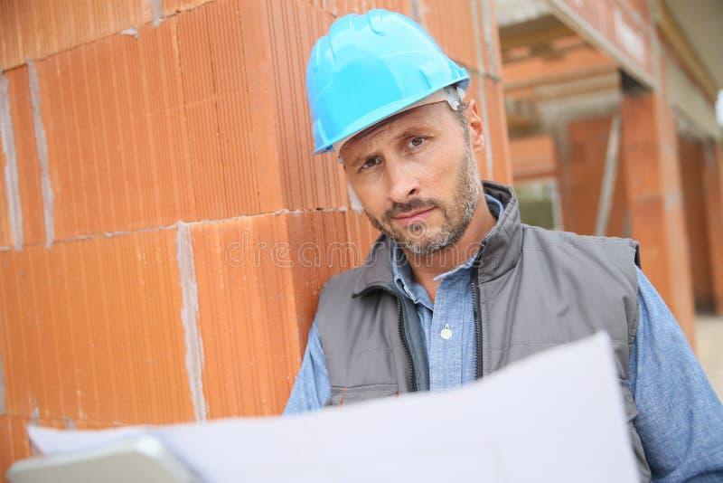 Directeur de construction travaillant avec le modèle image stock