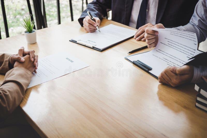 Directeur de deux comités de sélection lisant un résumé pendant une entrevue d'emploi, employeur interviewant pour demander au je images stock