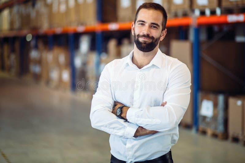 Directeur de logistique posant dans l'entrepôt image stock