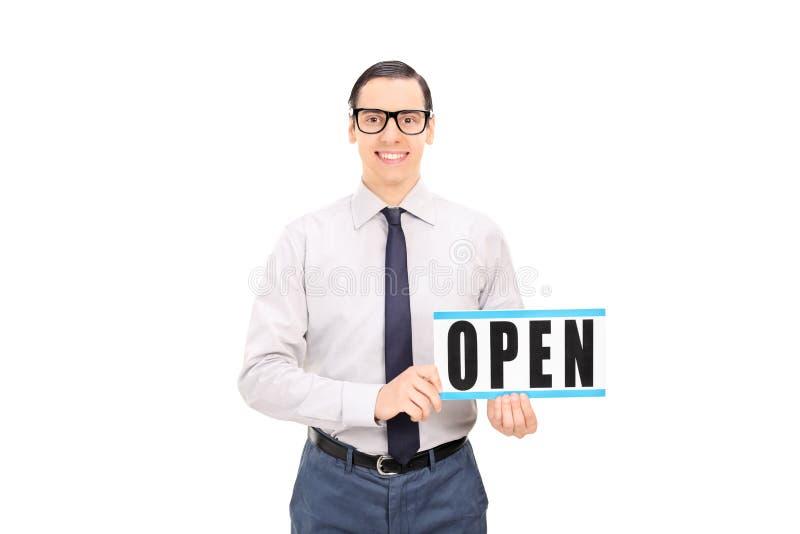Directeur de magasin tenant un signe ouvert images libres de droits