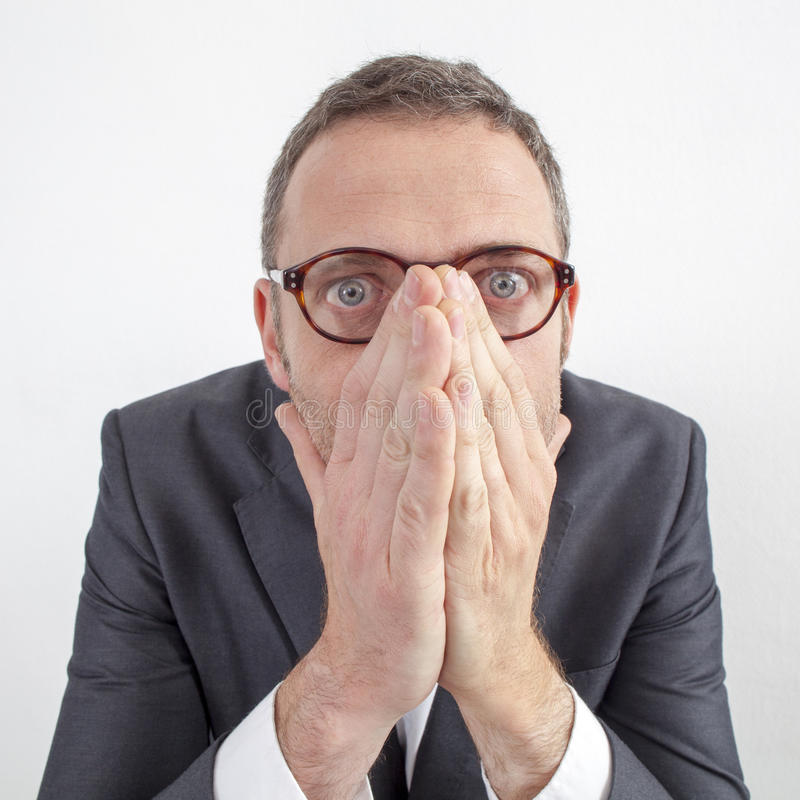 Directeur effrayé cachant ses émotions pour l'erreur ou le silence d'entreprise image stock