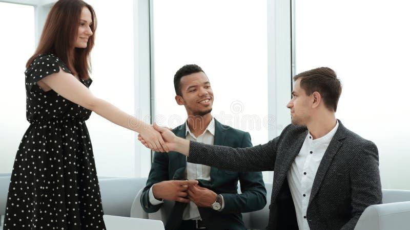 Directeur et client se serrant la main avant la réunion d'affaires photographie stock libre de droits
