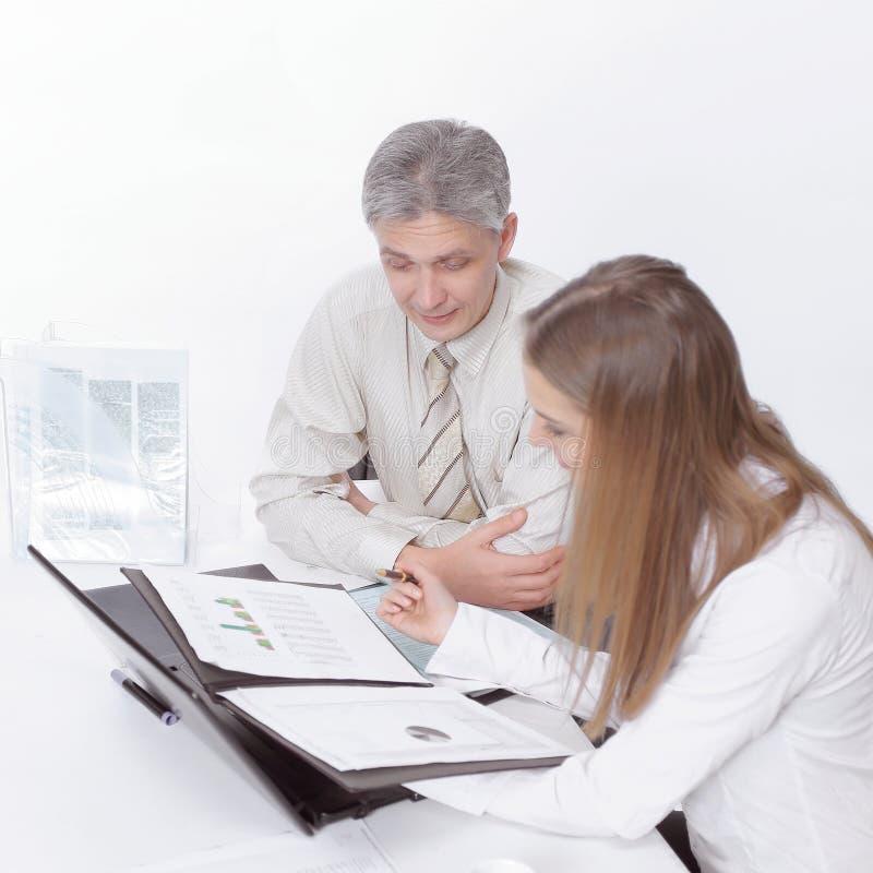Directeur et un jeune dirigeant discutant les disques financiers image libre de droits