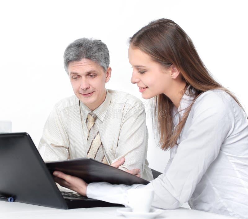 Directeur et un jeune dirigeant discutant les disques financiers images stock
