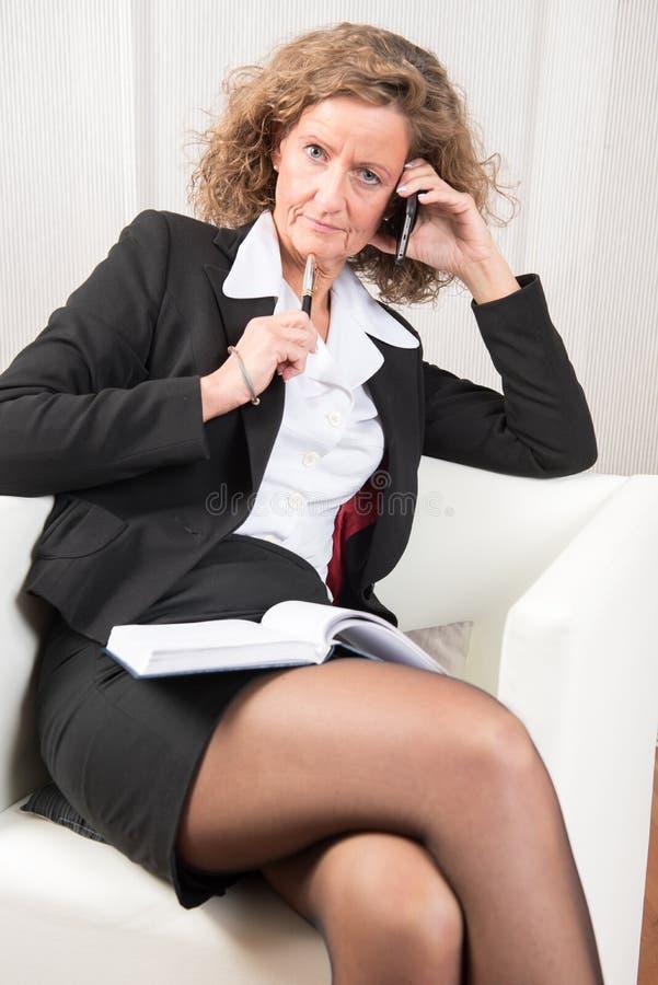 Directeur féminin au téléphone photos libres de droits