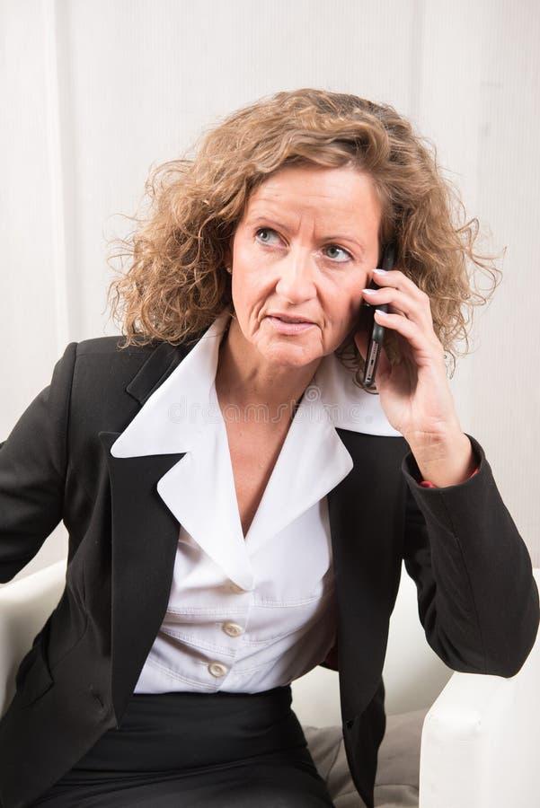 Directeur féminin au téléphone image libre de droits