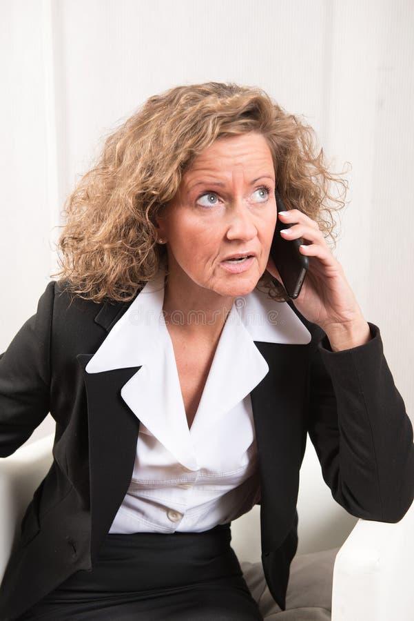 Directeur féminin au téléphone photographie stock