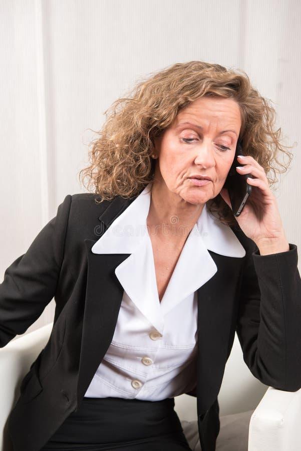 Directeur féminin au téléphone image stock