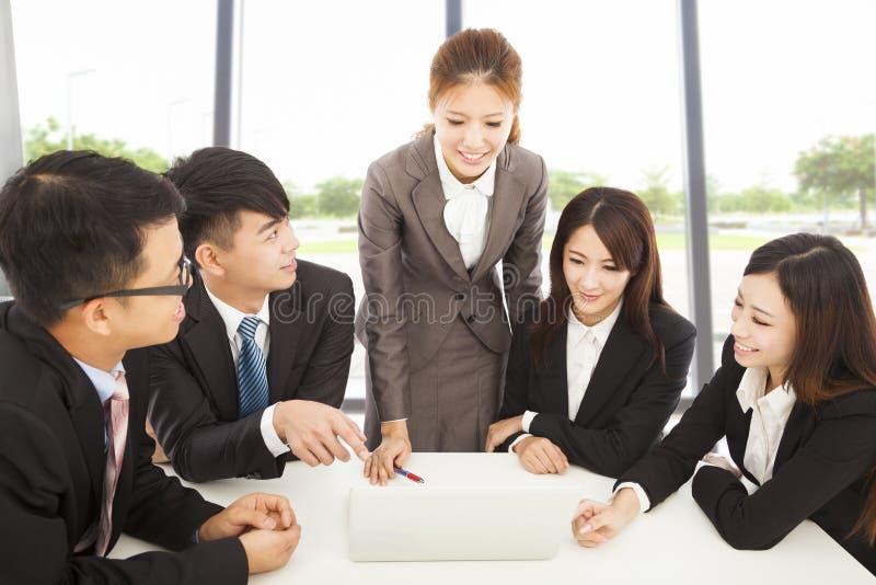 Directeur féminin d'affaires donnant des instructions tous les collègues photos libres de droits