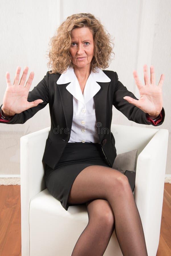 Directeur féminin refoulant et avertissant photo stock