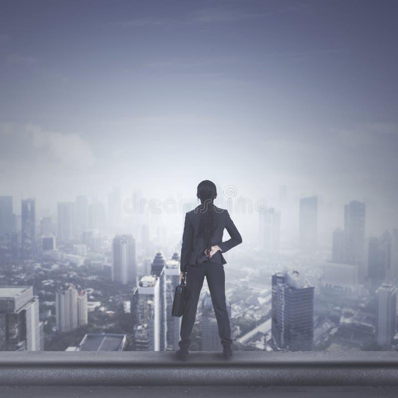 Directeur féminin se tenant sur le dessus de toit images stock