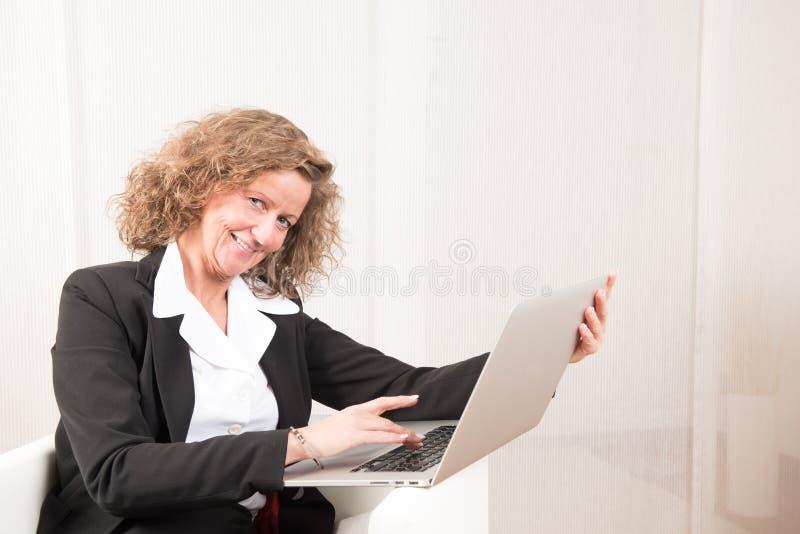 Directeur féminin travaillant avec l'ordinateur portable image libre de droits