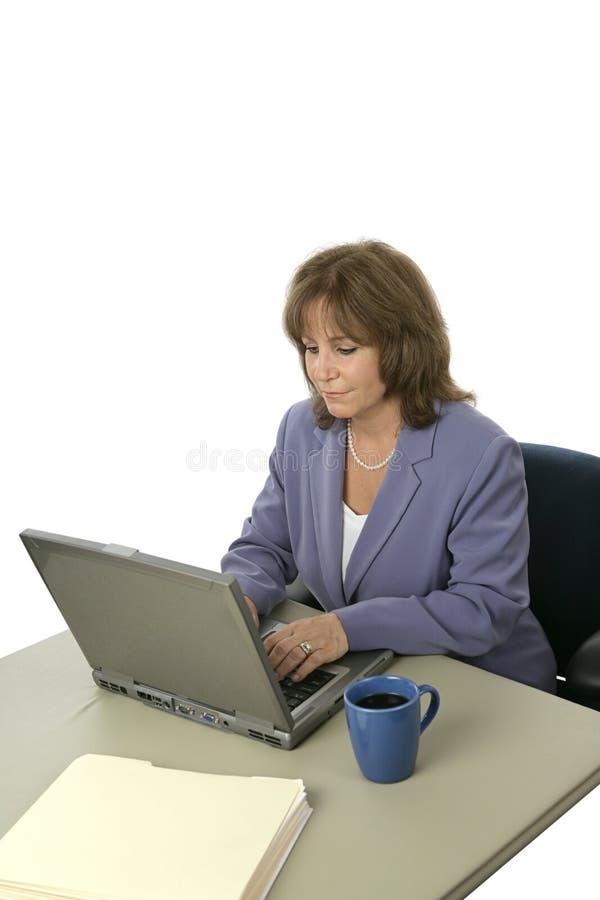Directeur femelle sur l'ordinateur portatif photographie stock