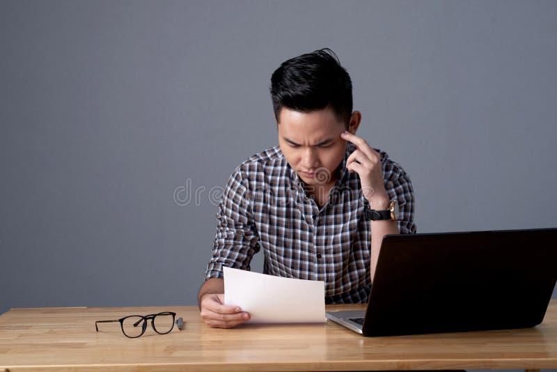 Directeur financier Doing Paperwork image libre de droits