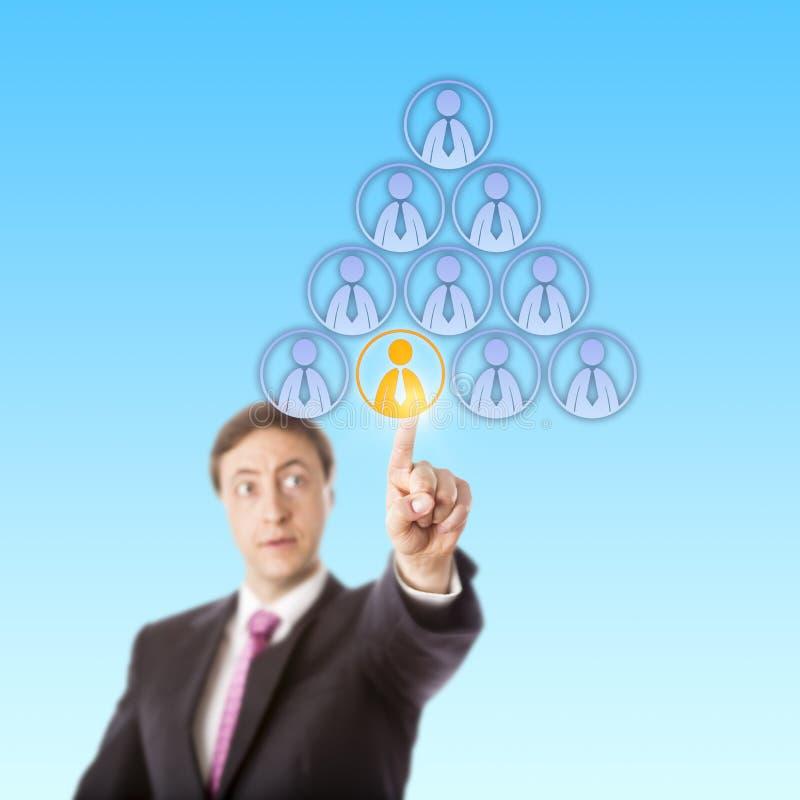 Directeur focalisé Selecting un travailleur dans une pyramide photographie stock libre de droits