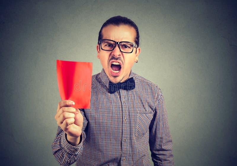 Directeur frustrant d'homme d'affaires montrant une carte rouge criant à l'appareil-photo images stock
