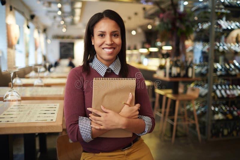 Directeur heureux dans le restaurant photos libres de droits