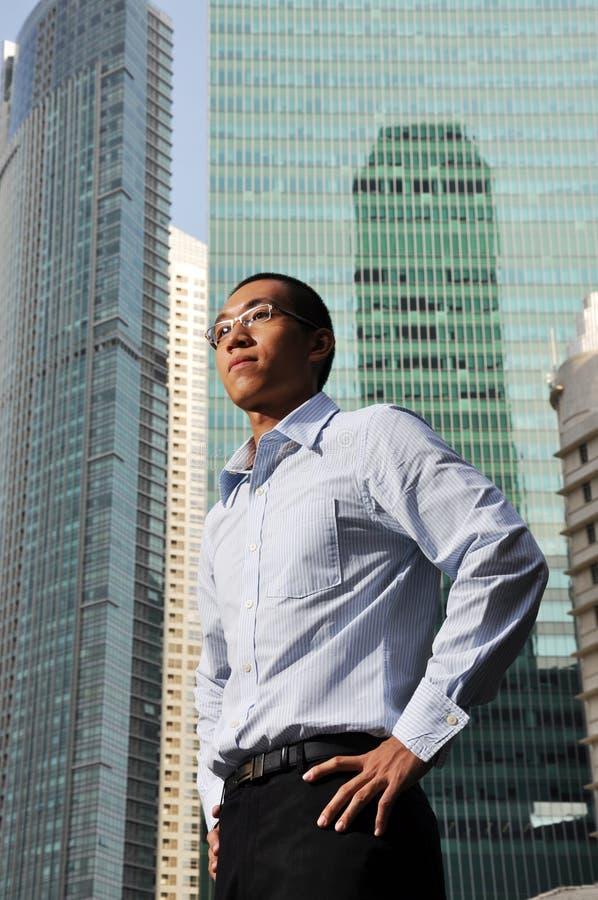 Directeur mâle intelligent avec de hautes constructions de structure photos libres de droits