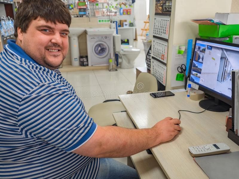 Directeur masculin de travail travaillant sur l'ordinateur photo libre de droits