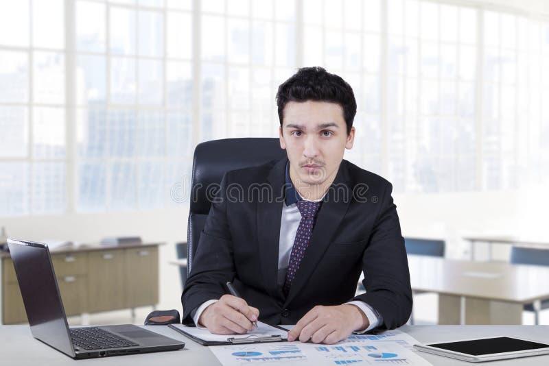 Directeur masculin s'asseyant dans la salle de bureau photos libres de droits