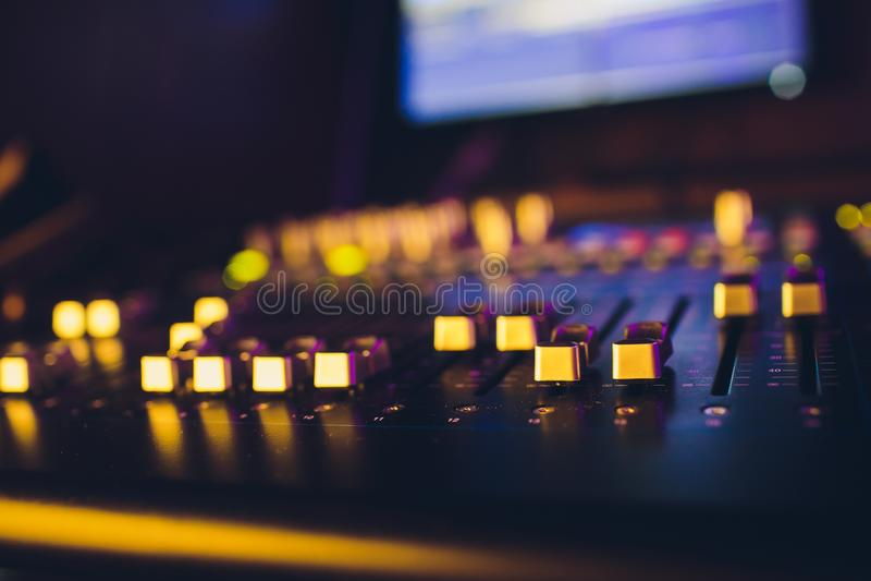 Directeur sain à distance de mixeur son Le DJ bloc de commande Producteur de musique Égaliseur audio accompagnement sain image stock