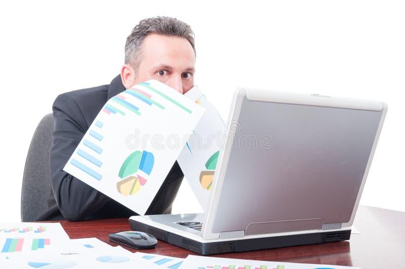 Directeur semblant effrayé après analyse des diagrammes photo libre de droits