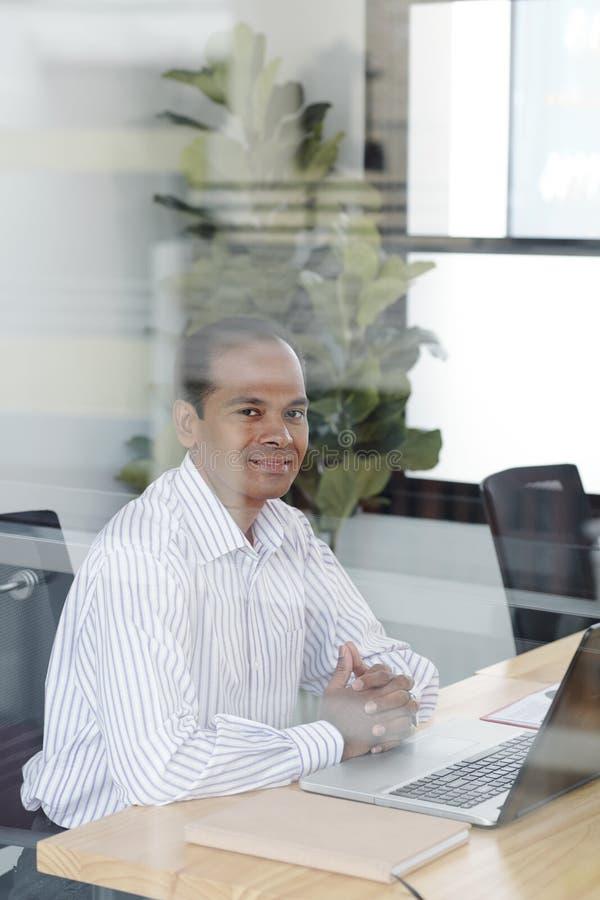 Directeur travaillant avec l'ordinateur portable au bureau photos stock