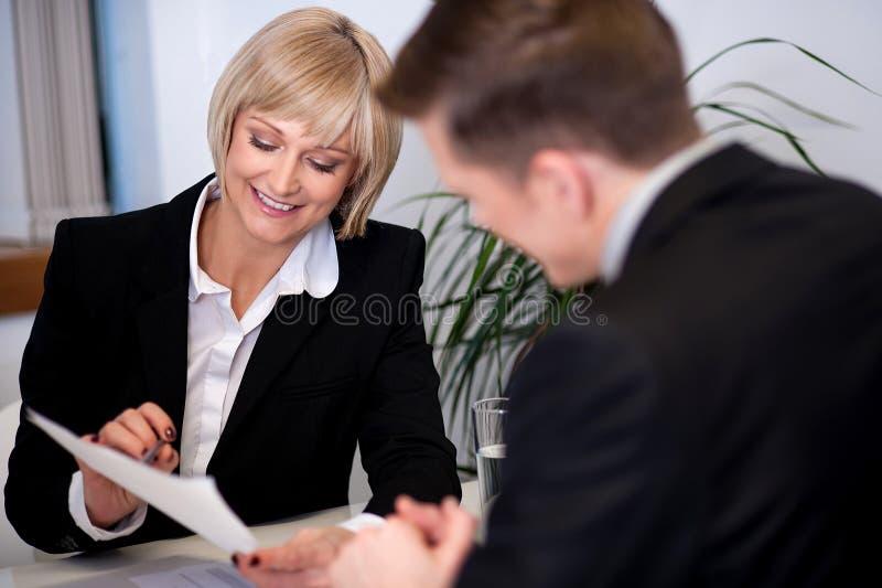 Directeur travaillant avec son secrétaire images stock