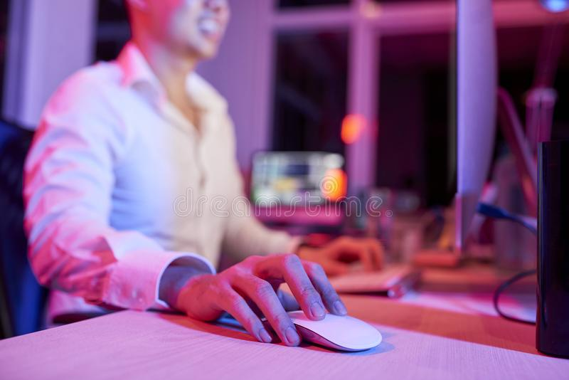 Directeur travaillant sur l'ordinateur au bureau image stock