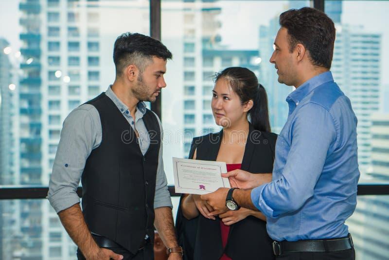 Directeurbeheer die gelukwens hebben aan uitvoerend personeel dat toekenning met certificaat krijgt stock fotografie