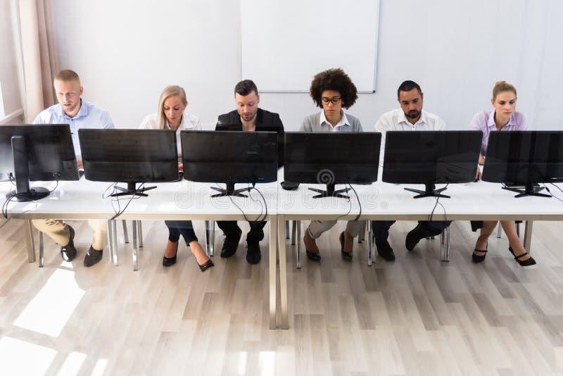 Directeuren die aan computer werken stock foto