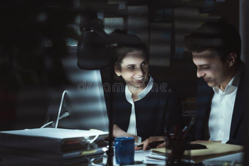 Directeuren die in het bureau werken stock foto